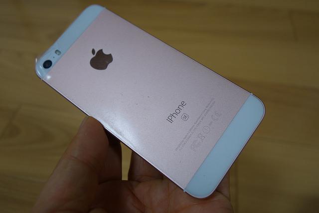 レビュー】iPhone SEの背面を傷から守る!背面保護フィルムを貼ってみた | ひとぅブログ